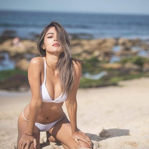 Hot girl môi dày lại khiến dân tình phát sốt với hình ảnh quyến rũ