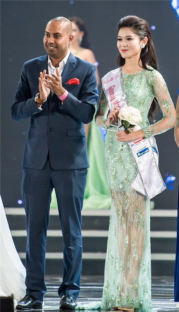 Riêng Thùy Dung còn nhận thêm giải thưởng Người đẹp tài năng do đại diện Vietjet, ôngJay L Lingeswara – Phó giám đốcThương mại, trao tặng.