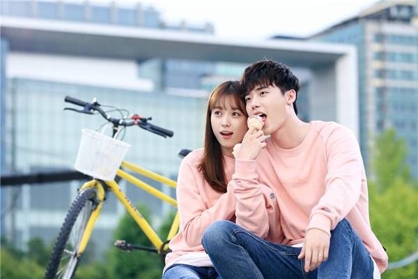 Lee Jong Suk nói gì về nụ hôn ấn tượng với Han Hyo Joo?