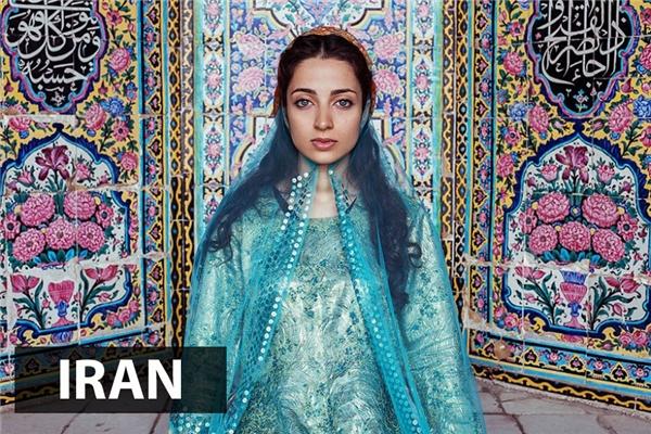 Tuân theo quy định của tôn giáo mình, phụ nữ Shiraz,Iranthường mặc kín người khi ra khỏi nhà hoặc gặp người ngoài. Dù vậy, ởhọ vẫn toát lên được vẻ đẹp rất quyến rũ, huyền bí được tôn thểm bởi ánh mắt xa xăm, đượm buồn.