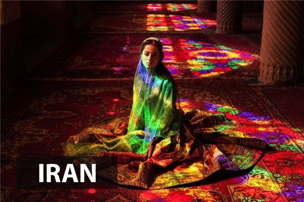 Hình ảnh được chụpở nhà thờ Hồi giáoMolk Nasir ol, khi cô gái tắm trong ánh sáng rực rỡ đầy màu sắc chiếu qua khung cửa kính màu vô cùng ấn tượng
