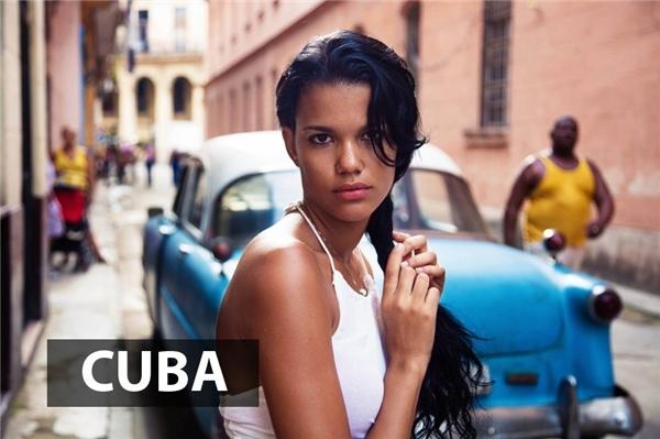Phụ nữ Cuba cuốn hút người đối diện bởi vẻ đẹpÁ-Âu hài hòa với mái tóc đen nhánh, làn da nâu rám nắng, đôi môi mọng gợi cảm và đôi mắt to đen lay láy.