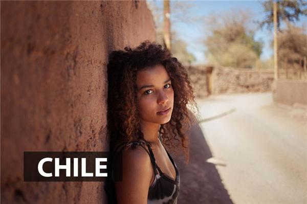 Còn các thiếu nữSan Pedro deAtacama, Chile lạimang đến sự khỏe khoắn nhờ nước da nâu và mái tóc xù cá tính.