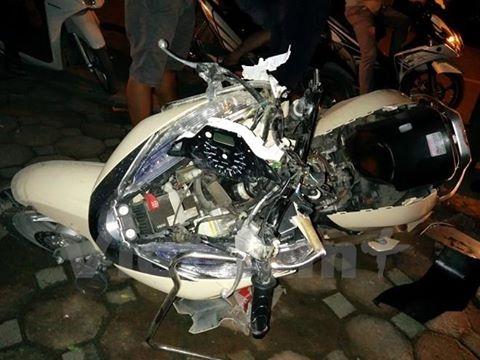 Bị kéo lê suốt 5km trênđường, chiếc xe máyhư hỏng nặng. Ảnh: vietnam+