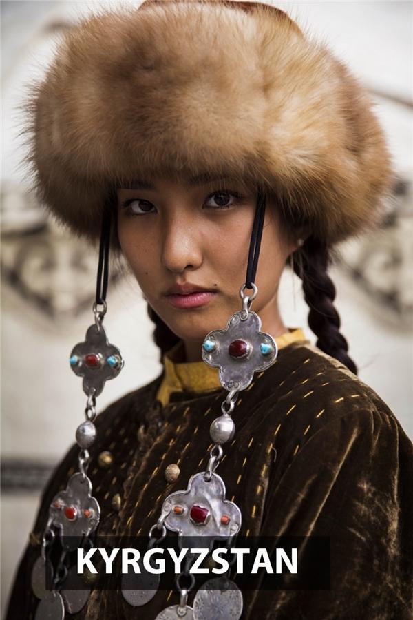 Phụ nữ Kyrgyzstan cho thấy một khí chất mạnh mẽ phi thường trong đôi mắt lạnh lùng, khó đoán cứ như nhìn thấu tâm can người đối diệncủa mình.