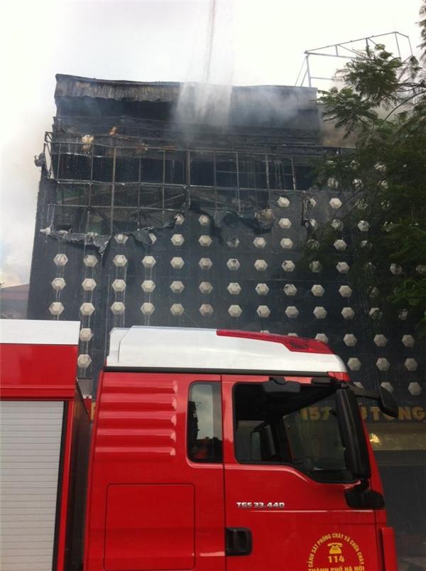 Xe chữa cháy thuộc lực lượng PCCC công an thành phố Hà Nội triển khai dập lửa. Ảnh: Hoài Nam