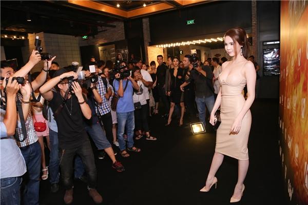 """Với mục đích đến để chúc mừng thành công của """"cô em gái"""" Linh Chi nhưng sự xuất hiện của Ngọc Trinh nhanh chóng trở thành tâm điểm,thu hút sự chú ý của truyền thông, báo chí."""