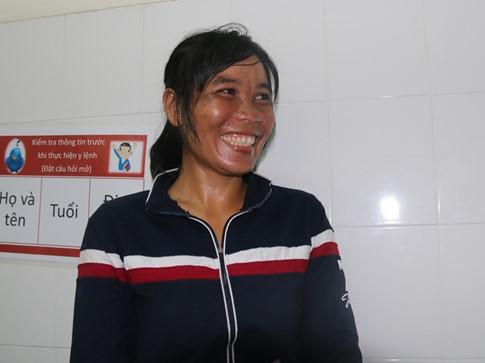 Niềm vui của người mẹ khi thấy con gái đã được phẫu thuật thành công. Ảnh: Internet