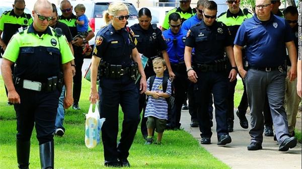 Jackson được 18 cảnh sát hộ tống trong ngày đầu tới trường.