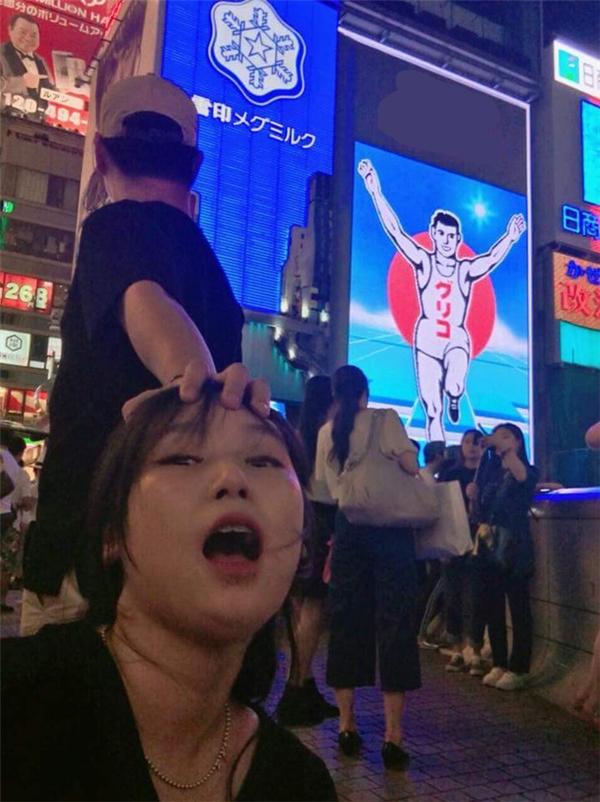 Không nắm tay em nữa, giờ phải túm tóc em đi khắp thế gian như cặp đôi Hàn Quốc này thì mới vui!