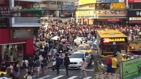 Cảnh tượng dòng người đổ xô đi bắt thú hiếm trong trò chơi Pokemon GO tại Đài Loan.