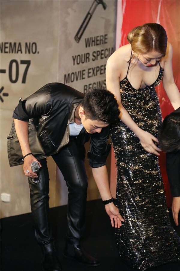 Nam vũ công điển trai thể hiện sự ga-lăng khi cúi xuống chỉnh váy cho Linh Chi - Tin sao Viet - Tin tuc sao Viet - Scandal sao Viet - Tin tuc cua Sao - Tin cua Sao