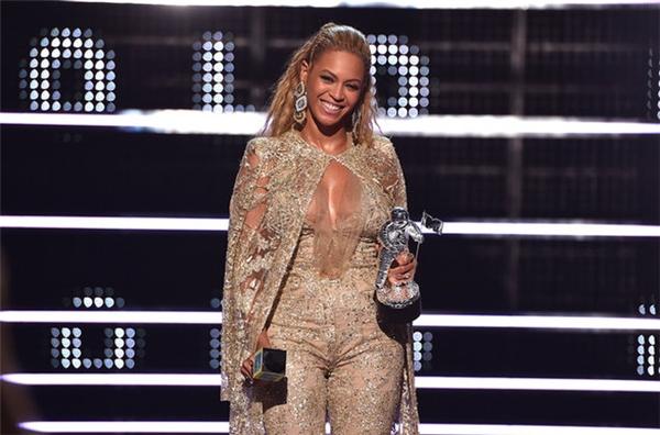 Beyoncé lộng lẫy như nữ hoàng tại VMAs 2016.