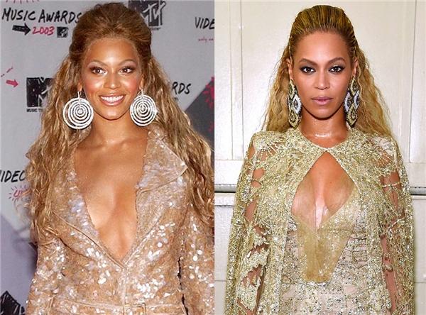 """Nữ ca sĩ da màu không chỉ khiếnkhán giả """"nổi da gà"""" bởi màn trình diễn bốc lửa, mà còn """"gây choáng"""" vì nhan sắc trẻ trung, lộng lẫy không mấy khác biệt so với hình ảnh Beyoncé ngày đầu tiên bước lên sân khấu hát solo. Bên trái là Beyoncé năm 2003. Bênphải là Beyoncé của hiện tại.Ảnh: E!News."""