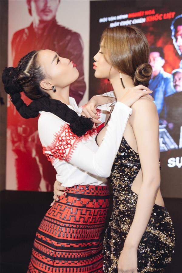 Biểu cảm đáng yêu của Linh Chi và Ninh Dương Lan Ngọc tại sự kiện ra mắt phim. - Tin sao Viet - Tin tuc sao Viet - Scandal sao Viet - Tin tuc cua Sao - Tin cua Sao