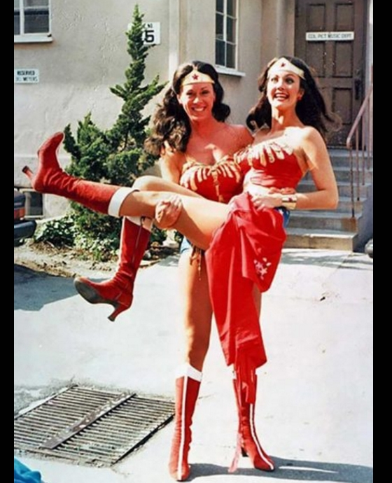 Lynda Carter thoải mái đùa giỡn vớidiễn viên đóng thế giống mình như hai giọt nướctrên phim trườngWonder Woman.
