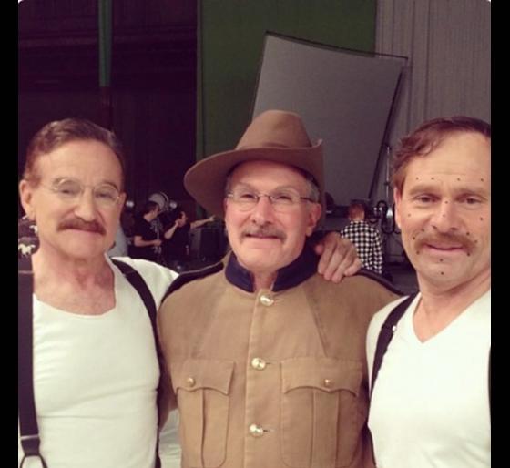 Robin Williams trong Night at the Musium - part 3 cùng các diễn viên đóng thế