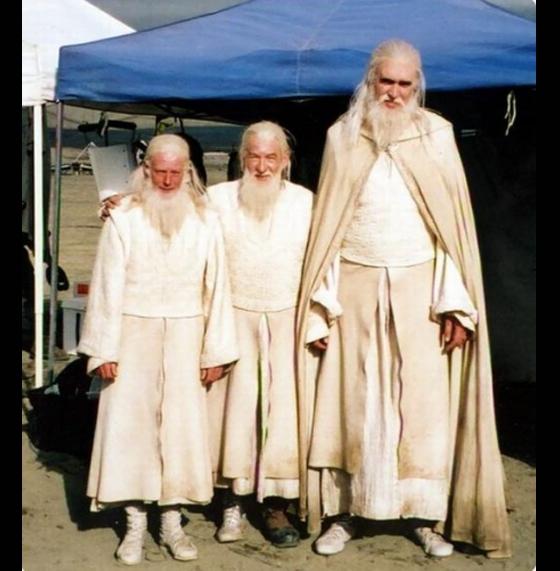 Ian McKellen(ở giữa)trong phim The Lord of the Rings và các diễn viên đóng thế