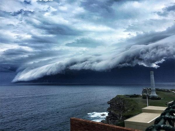 Đây hoàn toàn không phải phân cảnh trong các thước phim điện ảnh về đề tài hiện tượng siêu nhiên mà là báo hiệu của mộtcơn bão khủng khiếp sắp đổ bộ vào nướcÚc.