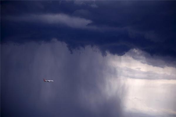 Chiếc máy bay 737 đang phải di chuyển trong cơn bão mây dữ dộitrông như sắp bị nuốt chửng vậy.