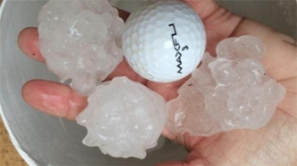 Những viên đá to bằng kích cỡ mộtquả bóng golf thi nhau rơi xuống trong mộttrận mưa đá có thể dễ dàng làm vỡ đầu người khác.