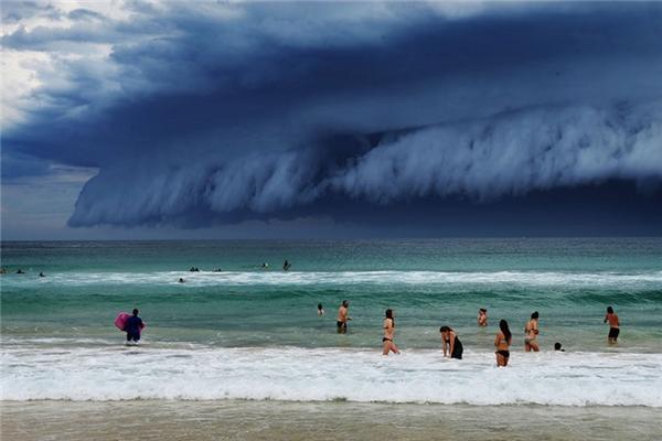 """Trước khi những cơn cuồng phong xuất hiện, hoàn lưu khí sẽ làm hơi nước bị bốc hơi nhanh chóng, chạm đến không trung bị làm lạnh đột ngột và lưu lại thành những đám mây lớn gọi là""""thác mây""""."""