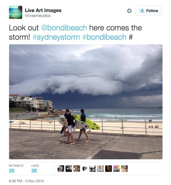 Trong một lần đến chơi biển Bondi, Úc, các khách du lịchđã có giây phút hoảng sợ khi chứng kiến đám mây có hình dạng kì lạ khiến họ ngỡ như đợt sóng lớn đang tiến vào bờ.