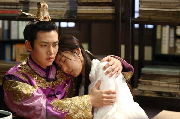 Chuyện tình bi thương của Seung Nyang và hai người đàn ông là Tah Hwan và Wang Yoo là điểm sáng của phim. (Ảnh: Internet)