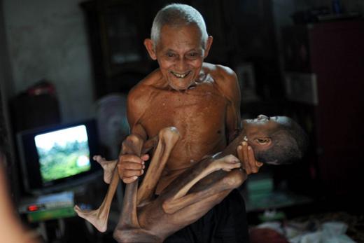 Cụ Toton 88 tuổi và Syifa 17 tuổi