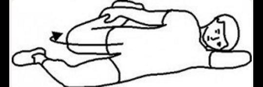 Động tác 6: Đối với động tác này, bạn nằm nghiêng người sang bên trái, tay trái gối đầu trong khi tay phải giữ bắp chân phải, kéo căng ngược về phía sau. Bạn giữ nguyên tư thế này trong 30 giây rồi đổi chân, thực hiện tương tự.Tư thế này giúpcăng các cơ bắp ở đùi và cột sống uốn cong dẻo dai hơn.