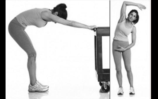 Động tác 7: Bạn đứng thẳng, tư thế nghiêm rồi từ từ cúi người xuống, lưng và hông tạo một góc 90 độ, hai chân hơi khuỵu. Bạn giữ khoảng 20 giây và lặp lại động tác này hailần. Sang động tác bổ trợ, bạn đứng thẳng, chân mở rộng một khoảng nhỏ hơn vai. Tiếp theo, bạn uốn con lườn sang trái phảikết hợp hai tay đưa lên xuống nhịp nhàng đểxương cột sốngđược nhạy hơn.
