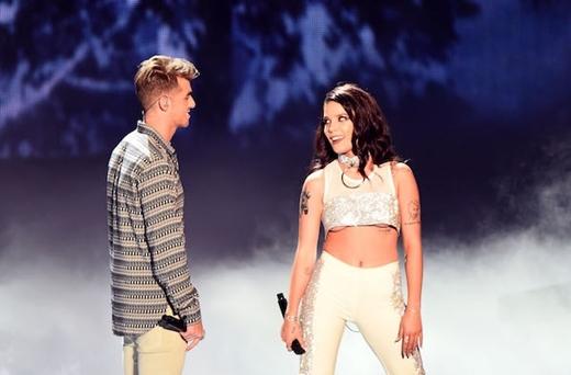 Drew Taggart trình diễn tại VMAs 2016 cùng với nữ ca sĩ Hasley.