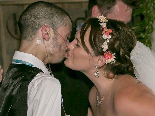 ... và trao cho nhau một nụ hôn nồng thắm.(Ảnh: USA Today)