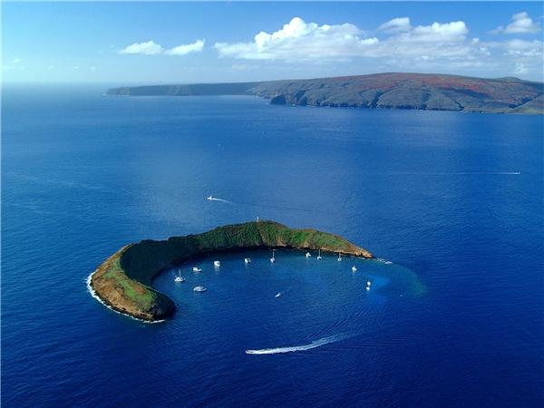 Sự thật: Hòn đảo hình trăng lưỡi liềm là hoàn toàn có thật và cótên là Holokini nằm ở bán đảo Hawaii, còn hòn đảo hình ngôi sao chính xác là sản phẩm của photoshop.