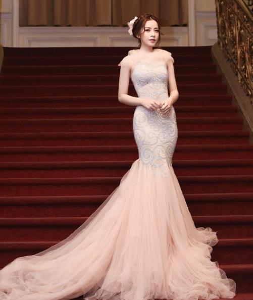 Váy đuôi cá giúp người đẹp gốc Hà Nội vừa giúp người đẹp khéo léo tôn lên đường cong cơ thể, vừa tăng vẻ sang trọng, quý phái.