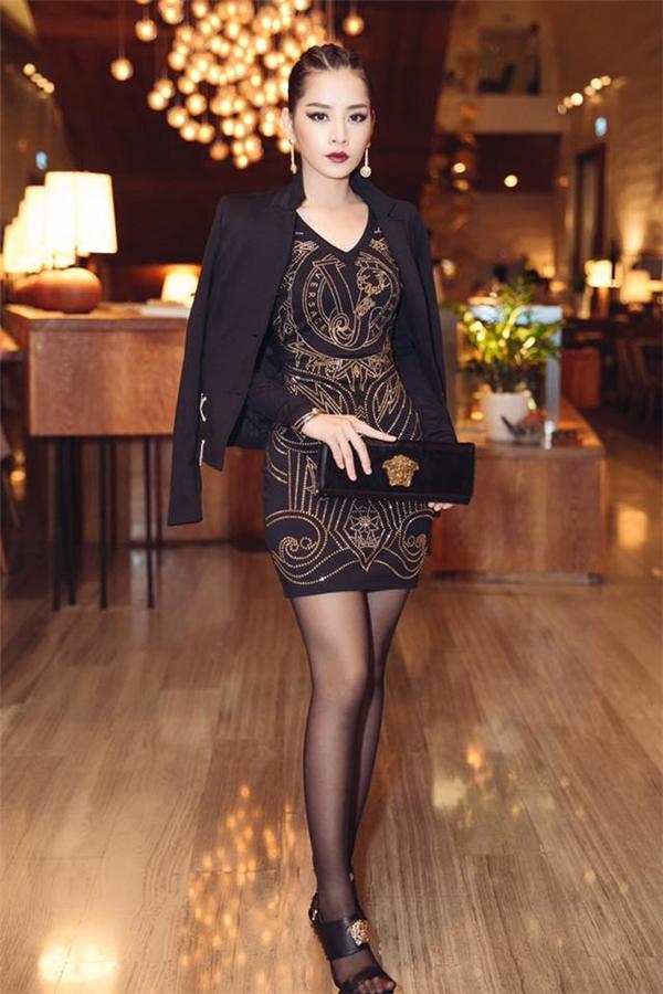 Chi Pusắc sảovới váy ngắn ôm sát và phong cách trang điểmedgy..