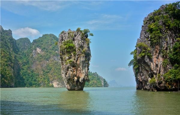 """Vì đây chỉ là mỏm đá đơn thuần ở Khao Ping Kan, Thái Lan mà thôi. Lâu đài trên đỉnh đá hoàn toàn là do ai đó """"có tâm"""" ghép vào."""