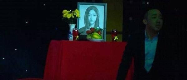 Hình ảnh ca sĩ Lee Areum bị đưa lên bàn thờ khiến fan của nhóm T-ara vô cùngbức xúc. Ảnh: internet - Tin sao Viet - Tin tuc sao Viet - Scandal sao Viet - Tin tuc cua Sao - Tin cua Sao