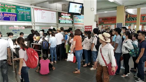 Tại bến xe Giáp Bát, các quầy bán vé chật cứng người đứng xếp hàng. Ai cũngmong đến lượt, sớm đượcvề quênghỉ ngơi sau những ngày làm việc vất vả.