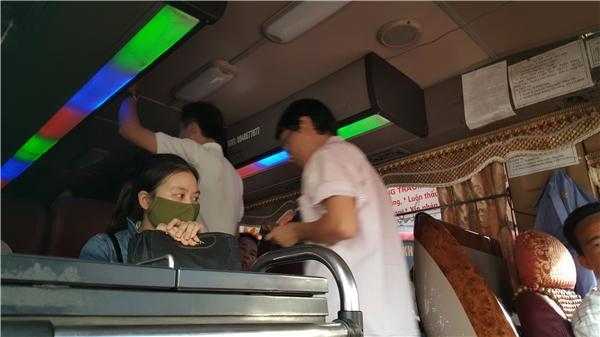 Nhiều hành khách chấp nhận đứng vì đã hết ghế ngồi, miễn là được về quê nhanh nhất có thể.