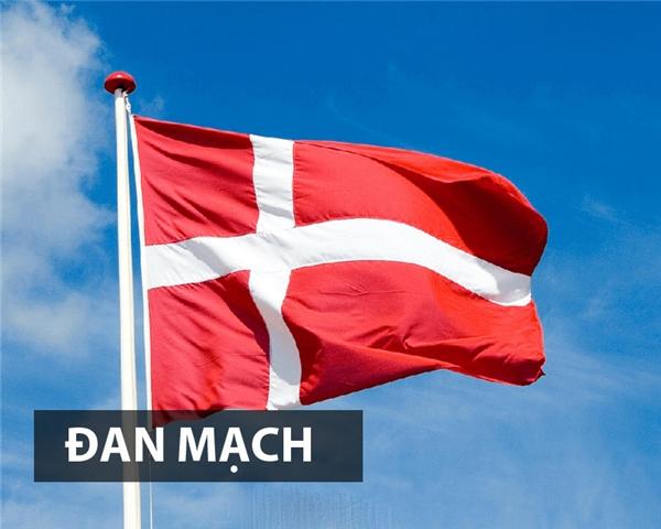 Đan Mạch là một trong những quốc gia đầu tiên đưa biểu tượng thánh giá vào quốc kỳcủa mình. Hình dáng lá cờ bắt nguồn từ huyền thoại trận chiến Valdemar với màu đỏ đại diện cho sức mạnh, dũng cảm và sự bất khuất, kiên cường.