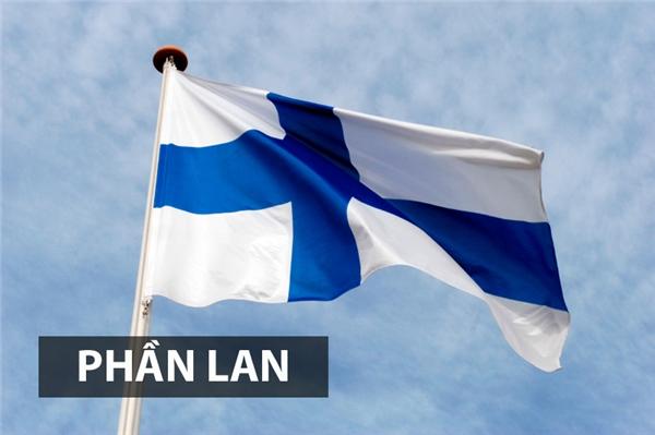 Lá cờ này chính thức được công nhận là quốc kỳ của nước Cộng hòa Phần Lanvào năm 1918. Chữ thập Bắc Âu trên lá cờ gợi lên sự liên hệ với các nước láng giềng Thụy Điển, Đan Mạch, Na Uy và Iceland. Màu xanh đại diện cho bầu trời và quốc gia nghìn hồ trong khi màu trắng là hiện thân cho tuyết trắng.