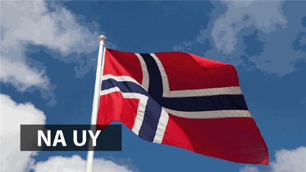 Trên nền cờ Na Uy, hình chữ thập đại diện cho cây thánh giá bên cạnh màu đỏ và xanh tượng trưng cho tự do và sự tương đồng lịch sử với Đan Mạch và Thụy Điển.