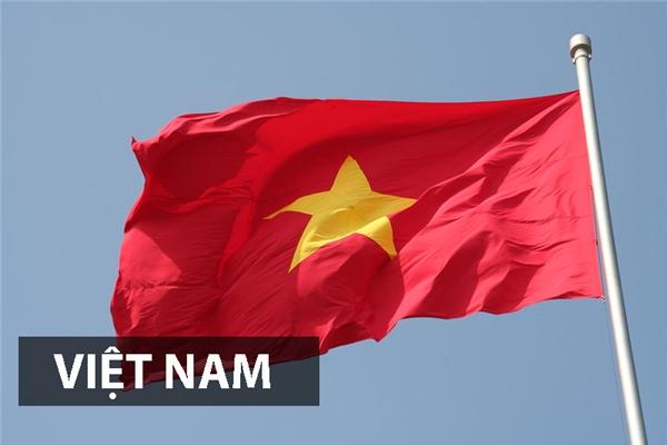 Quốc kỳ Việt Namhiện nay được công nhận chính thức từ 1976. Lá cờ mangnền đỏ tượng trưng cho màucách mạng, màu máu của nhân dân đã đổ xuống trong các cuộc chiến giành độc lập.Ngôi sao vàng tượng trưng cho lí tưởng của Đảng vớinăm cánh sao tượng trưng cho năm tầng lớp sĩ, nông, công, thương và binh cùng đoàn kết.