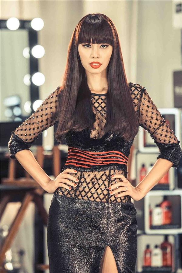 Trong bộ ba huấn luyện viên, giám khảo của chương trình này còn có sự tham gia của siêu mẫu Hà Anh. Cô từng là người dẫn dắt Phạm Hương những bước đi đầu tiên vào giới người mẫu tại Vietnam's Next Top Model 2010. Sự hội ngộ này chắc chắn sẽ tạo nên nhiều bất ngờ thú vị bởi từ mối quan hệ thân thiết, nay họ lại phải đối đầu nhau.