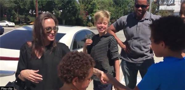 Angelina và con gái Shiloh đứng trò chuyện và chào hỏi phụ huynh của các em nhỏ