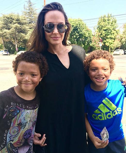 May mắn đã mỉm cười với 2 nhóc tì này khi Angelina Jolie quyết định mua chú gấu khổng lồ với giá gấp đôi giá ban đầu