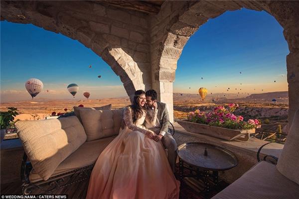 Bức ảnh cưới khác của một cặp đôi được chụp giữa bầu trời đầy khinh khí cầu màu sắc tại Cappadocia ở Thổ Nhĩ Kì.