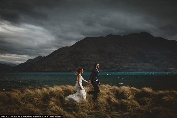 Nắm tay nhau và băng qua cánh đồng tại Queenstown, New Zealand.