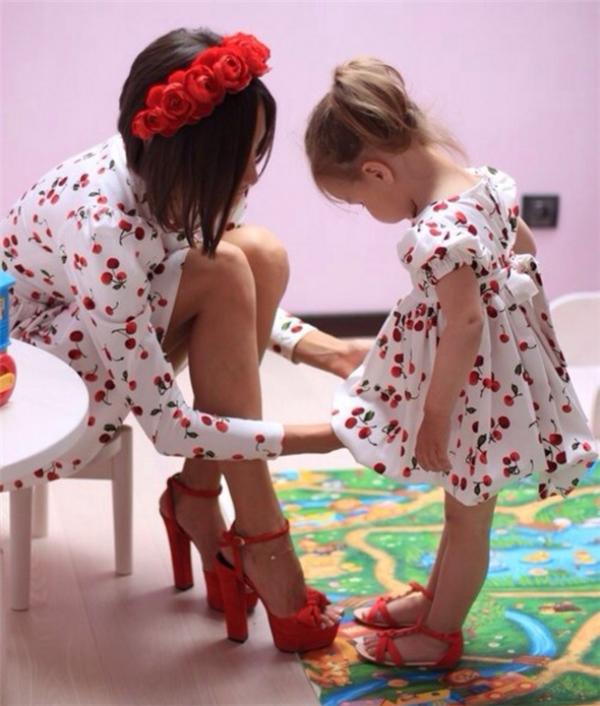 Có một cô con gái, bạn tha hồ chưng diện áo đôi, quần đôivà thậm chí cả giày đôi.